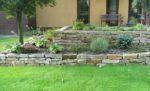 Kompleksowe zakładanie ogrodu, Kraków, Wieliczka Wadowice. Ogród na bazie naturalnych materiałów: użyto piaskowca by ułożyć kamienne, podwyższone donice, z podkładów kolejowych zostały ułożone schody. Całość wygląda pięknie i stylowo.